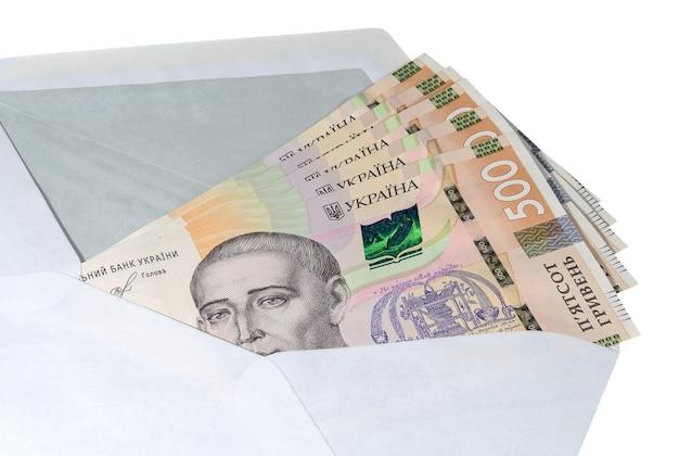 Banknoty pięciuset hrywien ukraińskich w papierowej kopercie