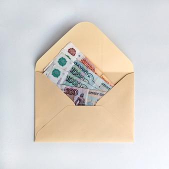 Banknoty rubli, gotówka w papierowej kopercie