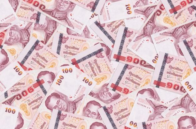 Banknoty tajlandzkie leżą na stosie