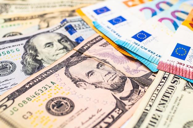 Banknoty w dolarach amerykańskich i banknoty euro do koncepcji wymiany walut
