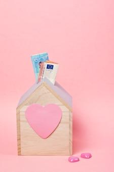 Banknoty w drewnianej skarbonce