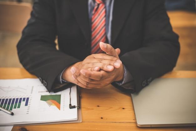 Bankowiec biznes człowiek pracy wykres danych rynku podaży i popytu.