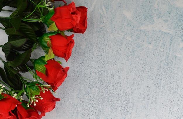 Banner kolaż z czerwonych róż kwiatów i pereł na szarym tle na obchody walentynki w dniu 8 marca