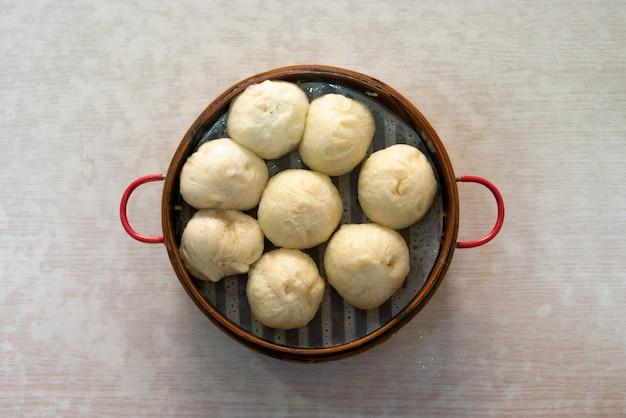 Bao lub xiaolongbao w bambusowym pojemniku do gotowania na parze jako zdrowa żywność
