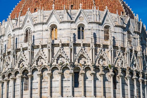 Baptysterium na słynnym na całym świecie piazza dei miracoli w pizie, jednym z wpisanych na listę światowego dziedzictwa unesco