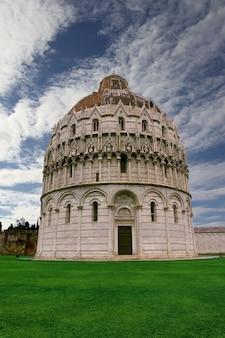 Baptysterium w pizie na piazza dei miracoli we włoszech