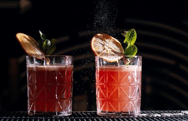 Bar alkoholowy, kieliszek koktajlowy na blacie barowym