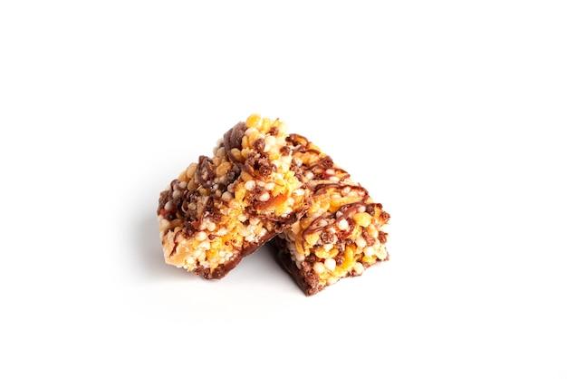 Bar granola na białym tle. bar musli na białym tle. zdjęcie wysokiej jakości