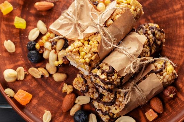 Bar granola na drewnianej powierzchni