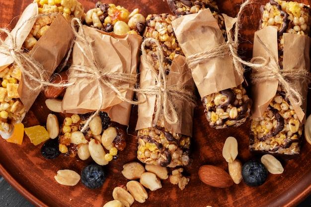Bar granola na drewnianym