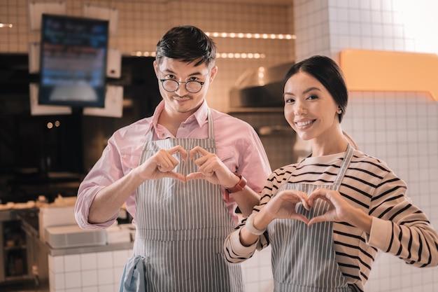 Bar kawowy. młoda para odnoszących sukcesy inteligentnych przedsiębiorców otwierających własny bar kawowy