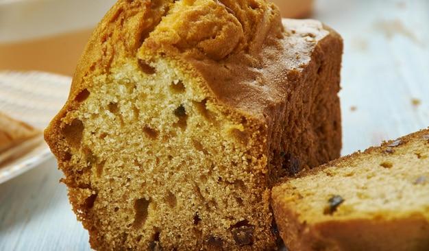 Bara brith, walijska, kuchnia, brytyjska tradycyjne różne dania, widok z góry. chleb drożdżowy wzbogacony suszonymi owocami lub zrobiony z mąki samorosnącej