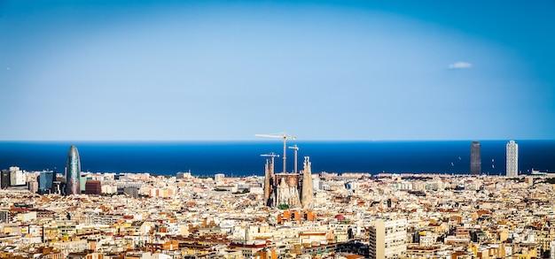 Barcelona, hiszpania. cudowne błękitne niebo w słoneczny dzień na mieście, z widokiem na sagrada familia.