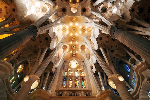 Barcelona hiszpania grudzień sagrada familia wnętrza kolumny