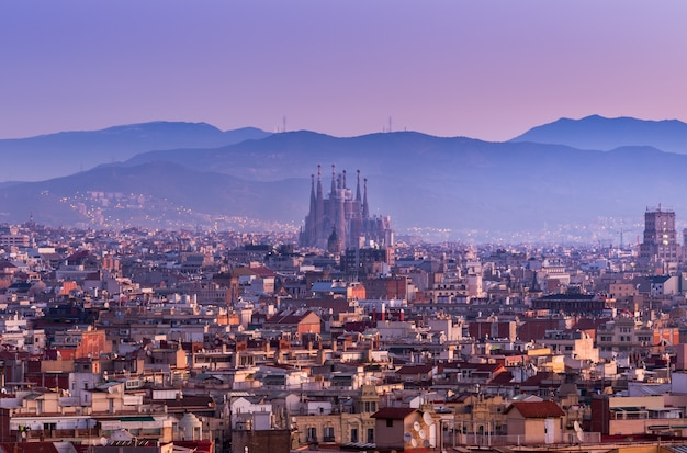 Barcelona i sagrada familia w półmroku, hiszpania