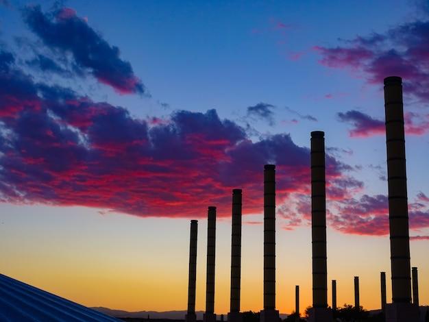 Barcelona zachód słońca z czerwonymi chmurami