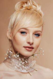 Bardzo atrakcyjna dziewczyna o blond włosach, fotografowaniu mody, róży,
