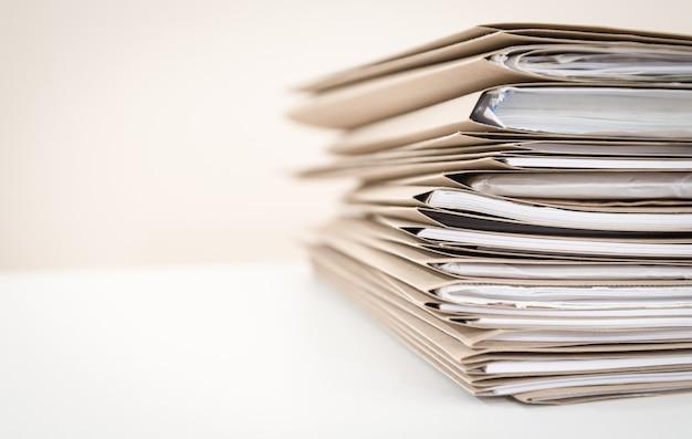 Bardzo blisko stosu folderów dokumentów na biurku