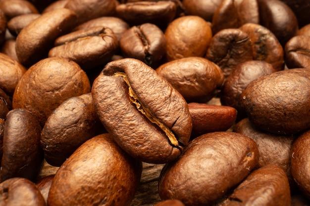 Bardzo duża ścianka palonych brązowych ziaren kawy.