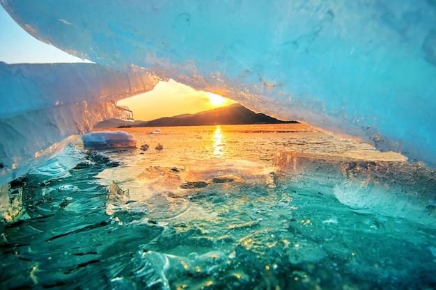 Bardzo duży i piękny kawałek lodu o wschodzie słońca w zimie.