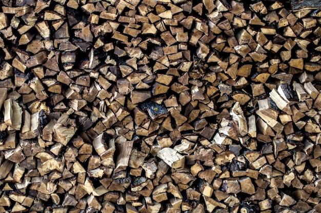 Bardzo duży stos drewna opałowego, ułożony w starej stodole