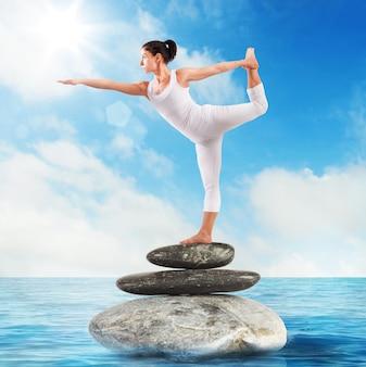 Bardzo elastyczna kobieta w pozycji pilates