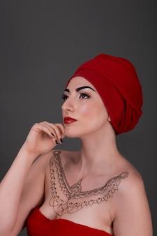 Bardzo ładna kobieta z czerwoną apaszką, zmysłowym spojrzeniem seksualnym