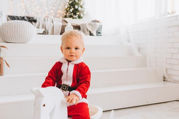 Bardzo ładny kaukaski mały maluch chłopca na sobie kostium świętego mikołaja
