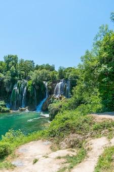 Bardzo malowniczy wodospad znajduje się w parku narodowym kravice w bośni i hercegowinie.