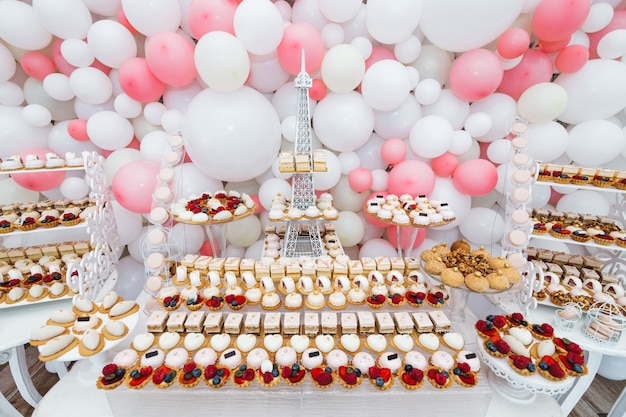 Bardzo miły i wyrafinowany słodki stół dla gości