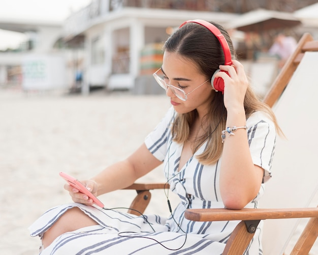 Bardzo młoda dziewczyna relaks na plaży