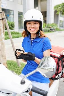 Bardzo młoda kobieta dostawy