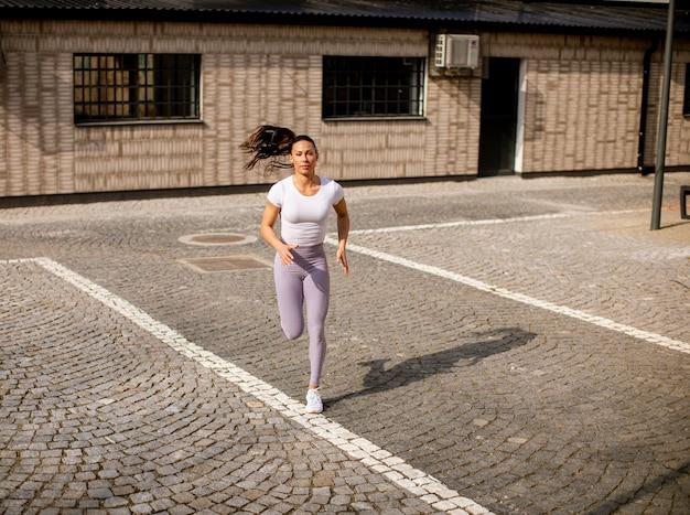 Bardzo młoda kobieta działa na ulicy