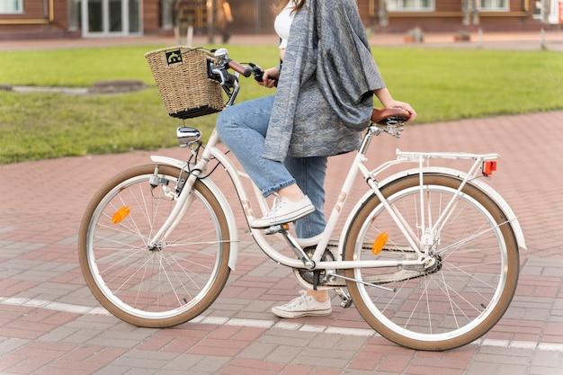 Bardzo młoda kobieta jedzie na rowerze
