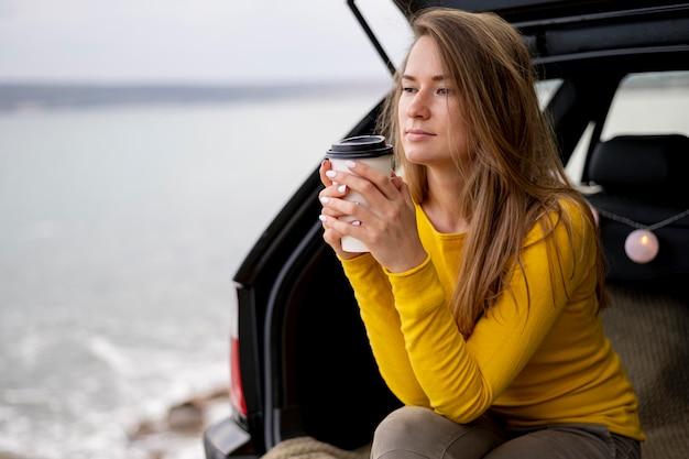 Bardzo młoda kobieta korzystających z podróży