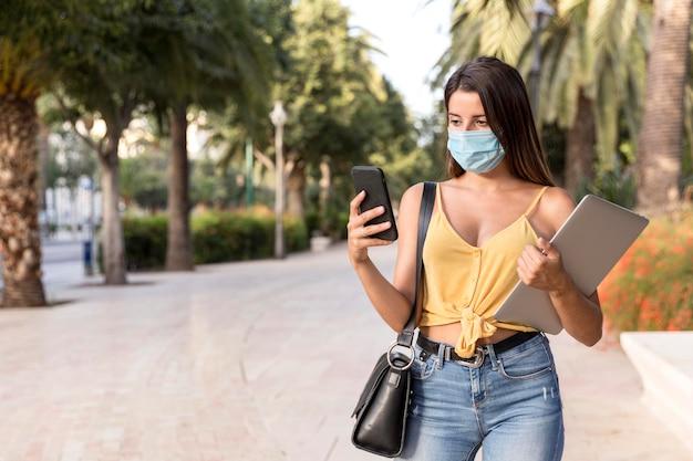 Bardzo młoda kobieta ma na sobie maskę