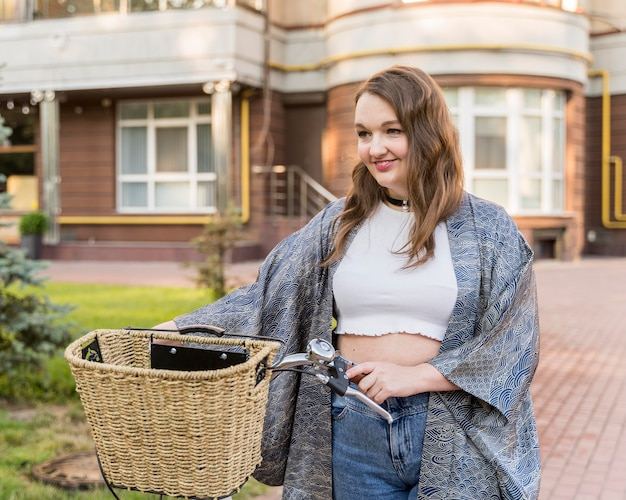 Bardzo młoda kobieta, patrząc od hotelu