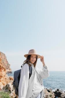 Bardzo młoda kobieta podróżująca sama