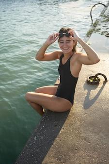 Bardzo młoda kobieta pozowanie w strój kąpielowy