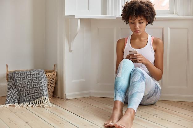Bardzo młoda kobieta pozuje w swoim domu