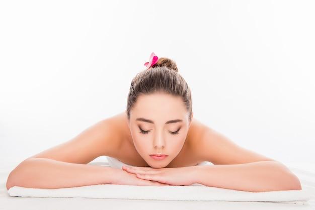Bardzo młoda kobieta r. w salonie spa z zamkniętymi oczami i relaks