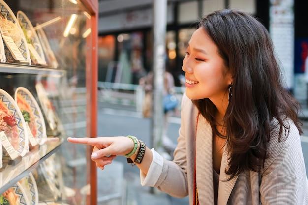 Bardzo młoda kobieta sprawdza produkty