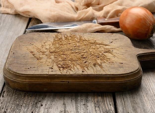 Bardzo okd pusta prostokątna drewniana deska do krojenia na stole, widok z góry