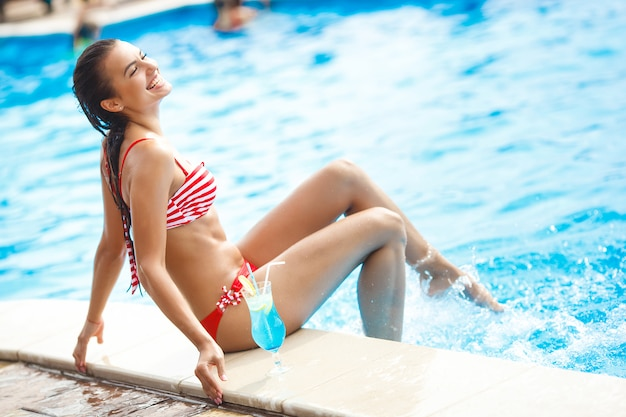 Bardzo piękna młoda kobieta w basenie