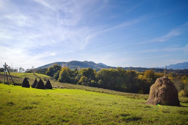 Bardzo piękna panorama karpat w jesienno-niebieskim niebie i jasnym słońcu