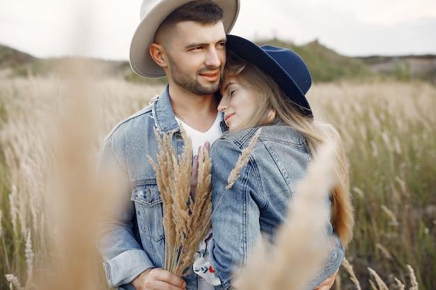 Bardzo piękna para w polu pszenicy