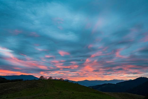 Bardzo piękne różowo-błękitne niebo w fantastycznych górach karpat na pięknej przyrodzie ukrainy