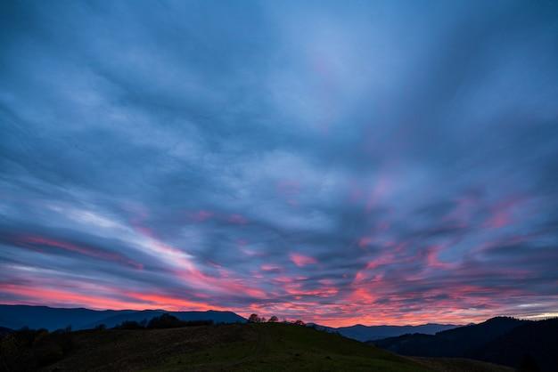 Bardzo piękne różowo-niebieskie niebo w fantastycznych górach karpat na pięknej przyrodzie ukrainy