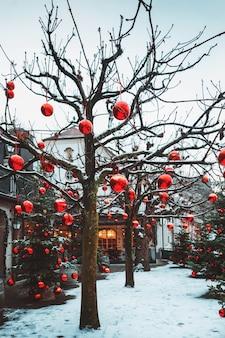 Bardzo pięknie udekorowane choinki w ogromnej liczbie dużych jasnoczerwonych bombek, salzburg, austria.