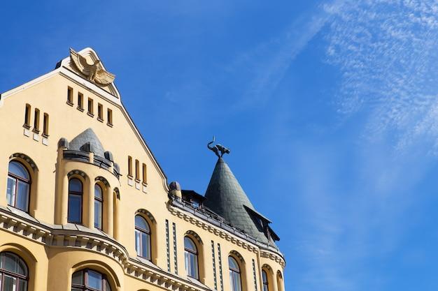 Bardzo piękny budynek na starym mieście w rydze na łotwie.